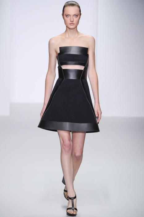 La robe minimaliste en cuir de DAVID KOMA